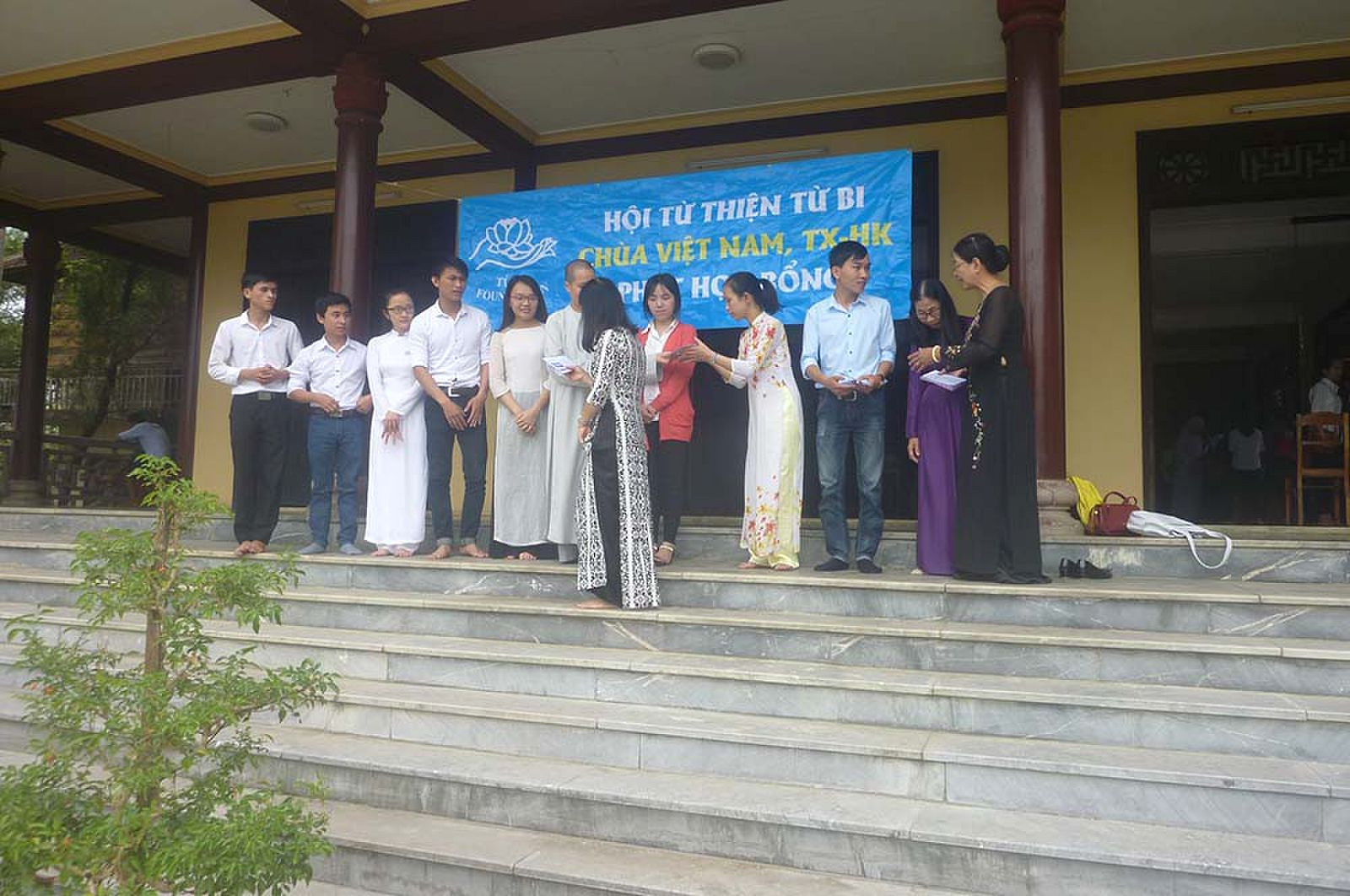 sinh vien ngheo - SC HuyenTam va co Hoa phat hb